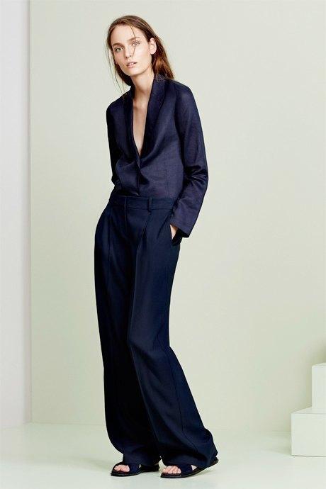 С чем носить широкие брюки: 6 актуальных вариантов. Изображение № 11.