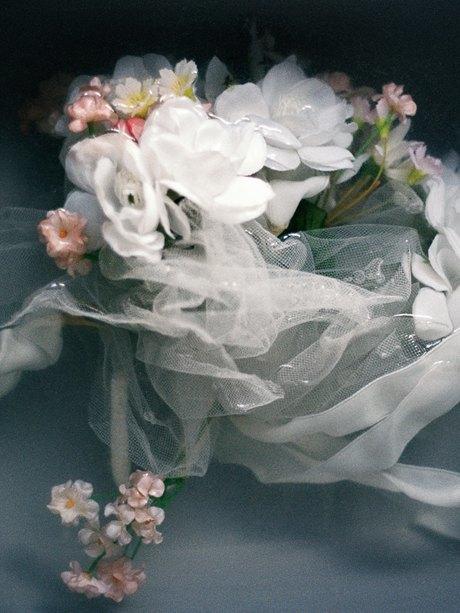 «The Line»: Девушки  в свадебных платьях  своих матерей. Изображение № 2.