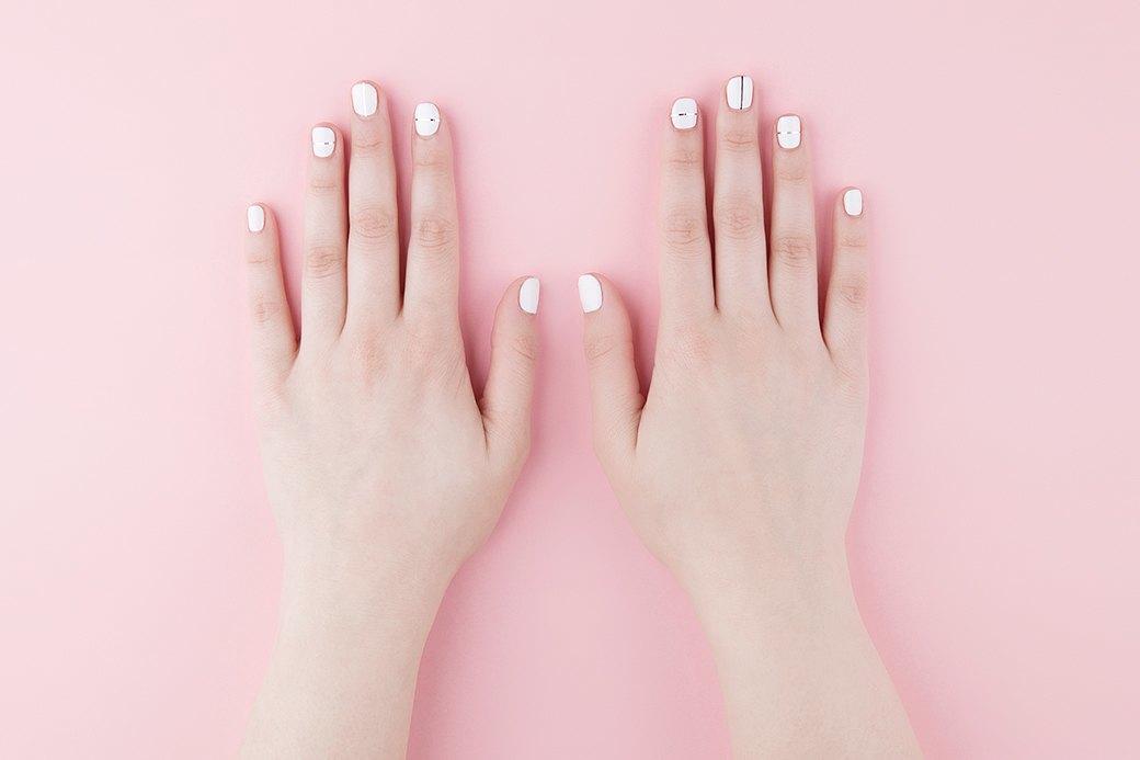 Понадобится плотный лак для ногтей и специальная самоклеющаяся лента (верный запрос в Amazon — «nail striping tape»).. Изображение № 1.