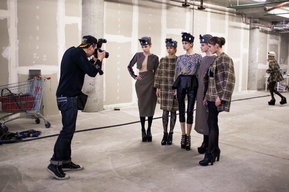 Репортаж: Шляпы с камеями  и прозрачные платья  на показе Alexander Arutyunov. Изображение № 4.