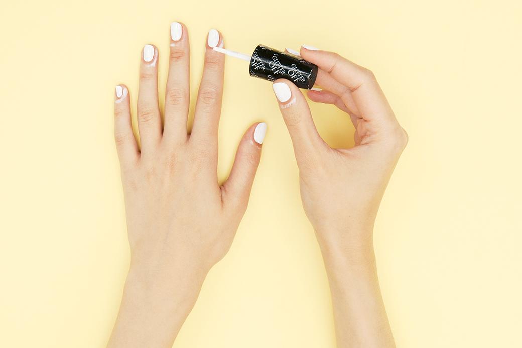 Чтобы долго не оттирать лак с кожи вокруг ногтя, на нее нужно нанести OPI Glitter Off (или простой клей ПВА). . Изображение № 2.