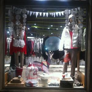 Чиновники начали штрафовать магазины за неправильно украшенные витрины — Магазины на The Village