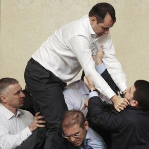Депутатский приём: Чемпион по рестлингу комментирует драки в парламенте