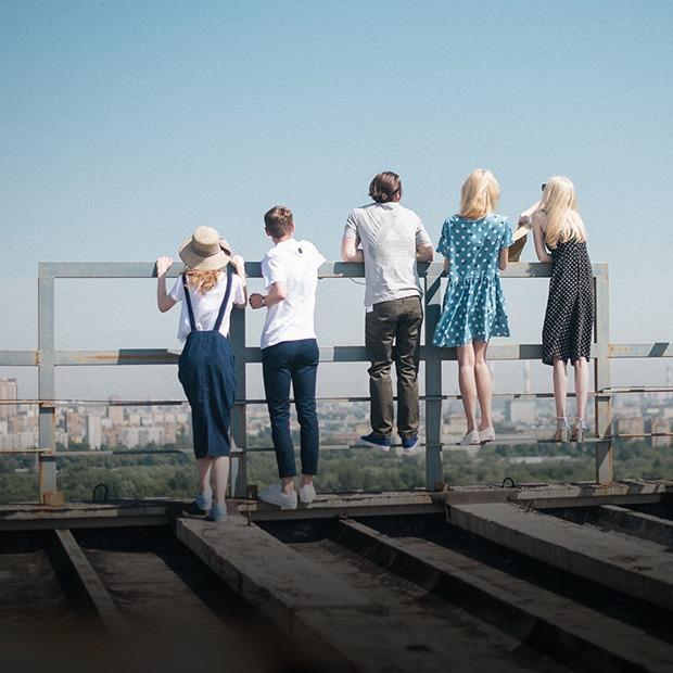 На уровне неба: 5 комплектов одежды для тёплых дней в Москве
