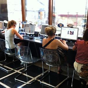 Поиск сети: почему в Москве выживают интернет-кафе? — В городе на The Village