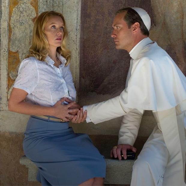 Джуд Лоу в роли понтифика в «Молодом папе», новые песни Дрейка и Звягинцев о цензуре — Выходные дома на The Village
