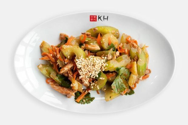 Тайваньский салат с курицей, овощами и кунжутным соусом