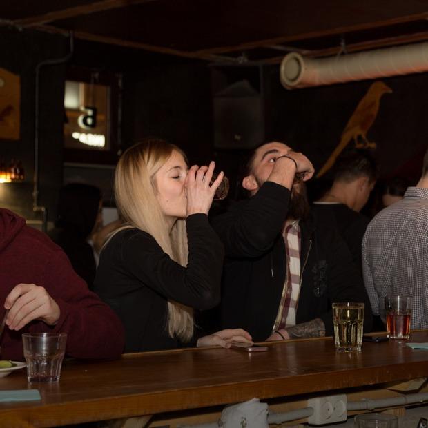 «Это абсурд — кто во вторник будет пить водку?»: Как устроены «Русские столы» в баре «Почта»  — Индустрия на The Village