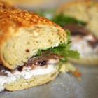Куриный сэндвич с грушей, шампиньонами и сырным соусом
