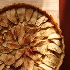 Открытый яблочный пирог с апельсином и корицей
