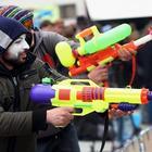 Из-за жары москвичи скупили все водяные пистолеты
