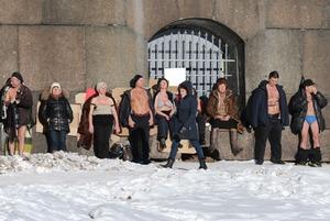 Пляжный сезон открыт: Как петербуржцы загорают на морозе у Петропавловской крепости