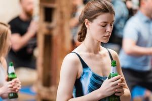 «Это вовсе не шутки»: Что происходит на пивной йоге в Москве