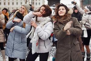 Фоторепортаж: Gangnam Style и зарядка на Дворцовой площади
