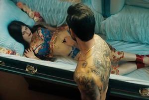 Извинения Собчак, новые эмодзи и разрушающийся клип Maroon 5