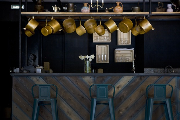 Бар Pro Vino: Голубое вино и рояль на стене в особняке на Пушкина