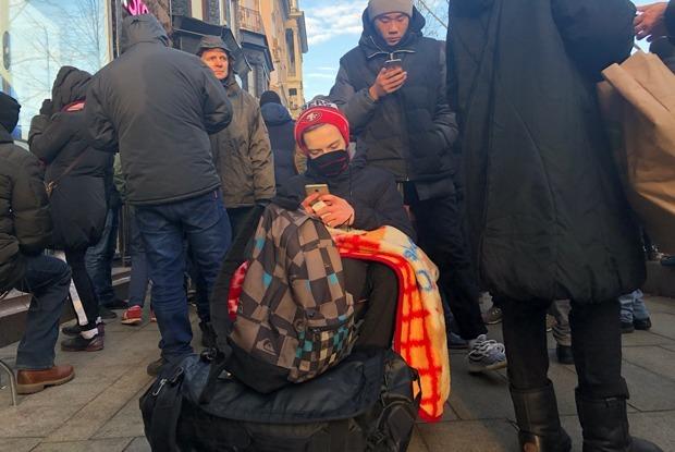 «В минус точно не уйдем»: Москвичи в очереди за iPhone X