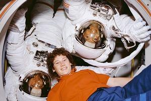 Земля в иллюминаторе: Как моют голову, поют Дэвида Боуи и готовят буррито в космосе