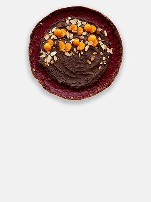 Шоколадно-клюквенный тарт с кремом из авокадо и орехами