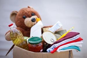 Отдавать ненужные вещи в благотворительные магазины