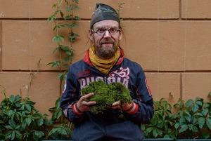 «Хочу покрыть мхом весь Петербург»: Финский художник — о своих инсталляциях из городского мха