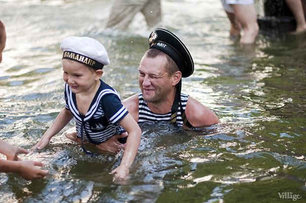 Купание в фонтане в Александровском саду в День ВМФ — 2012. Изображение № 3.