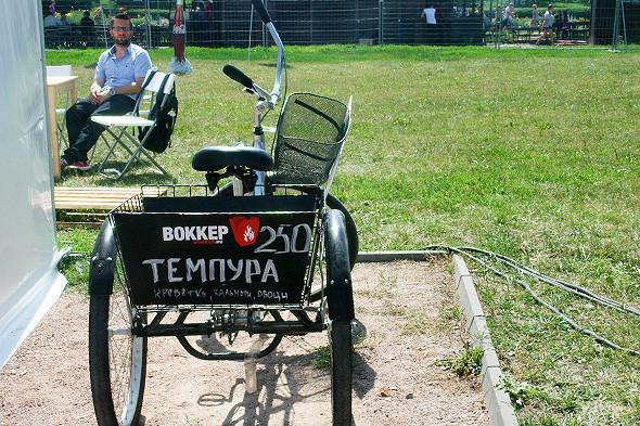 По парку, как и в прошлом году передвигался трехколесный велосипед Wokker с готовыми воками, темпурой, морсами и лимонадами. Изображение № 65.