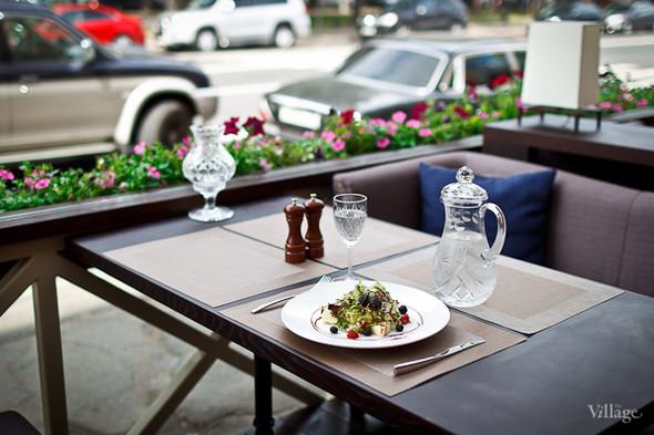 Сыр моцарелла с томатами черри, ароматным базиликом, заправленный итальянским соусом песто  — 460 рублей . Изображение № 28.