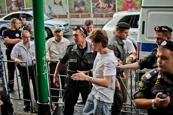 С прессой не церемонятся. Во время разгона шествия на Тверской несколько журналистов сажают в автобус, но вскоре выпускают.. Изображение № 35.