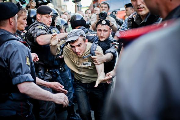 Первые выкрики «Россия без Путина!» — полиция начинает задерживать кричащих.. Изображение № 14.