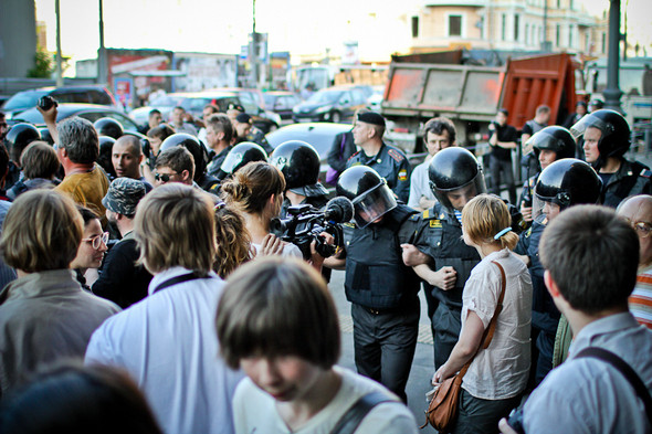 Ближе к концу митинга полиция получает приказ зачистить улицу. Однако остались только зеваки и журналисты. Приказ выполняют.. Изображение № 29.