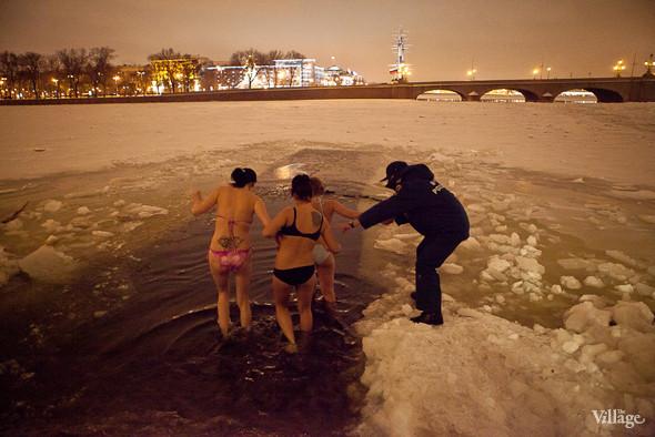 Фоторепортаж: Крещенское купание в Петербурге. Изображение № 6.