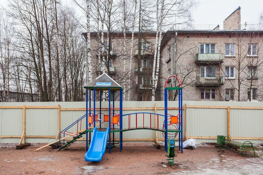 Детская площадка в Старопарголовском жилмассиве, отгороженная строительным забором. Изображение № 9.