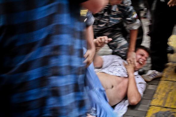 Через 2 часа после начала демонстранты начинают скандировать: Победа и решают устроить шествие к Кремлю.  Сотрудники полиции и ОМОНа начинают задержания.. Изображение № 22.