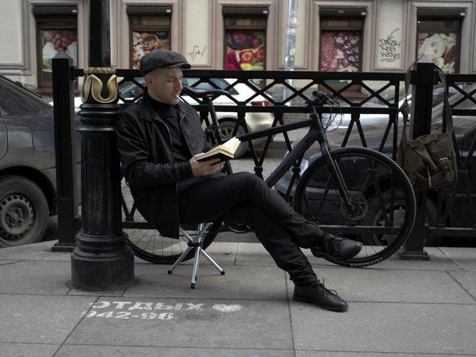 Художница сфотографировала мужчин рядом с надписями «Отдых 24часа». Изображение № 7.