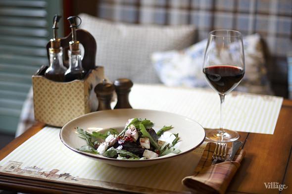 Свекольный салат с козьим сыром — 340 рублей и вино Барбера д`Асти — 1 356 рублей за бутылку. Изображение № 25.