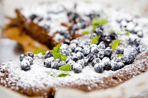 «Шоколадный капрезе», украшенный сахарной пудрой, мятой и черникой. Изображение № 4.