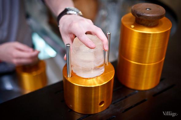 Процес приготовления ледяного шара: глыба льда закладывается в установку для пресса льда. Изображение № 33.