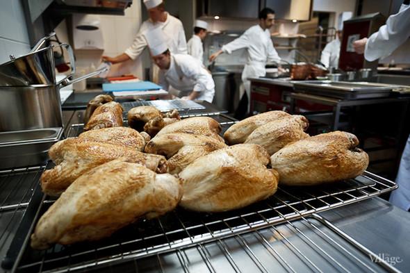 На кухне трудятся около 10 человек. Дюкасс и Александр Николя управляют процессом. Работники в основном французы и швейцарцы.. Изображение № 14.