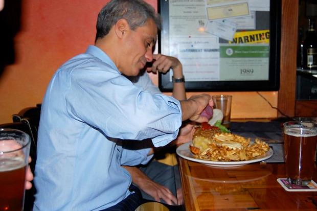 Рам обедает в одной из легендарных закусочных Чикаго.. Изображение № 16.