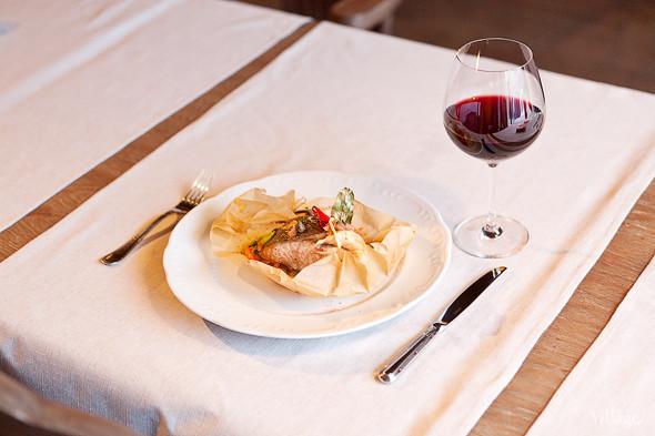 Стейк из лосося — 420 рублей. Вино красное домашнее — 100 рублей за 100 мл. Изображение № 31.