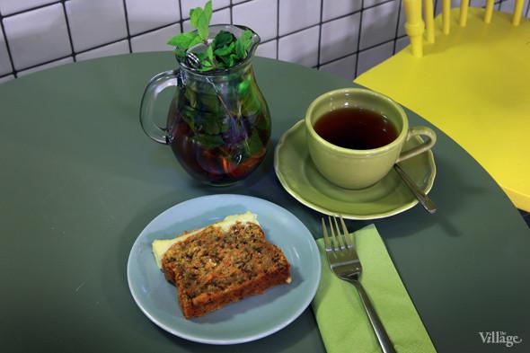 Морковный кекс с легким цитрусовым кремом — 110 рублей, марокканский мятный чай — 160 рублей. Изображение № 35.