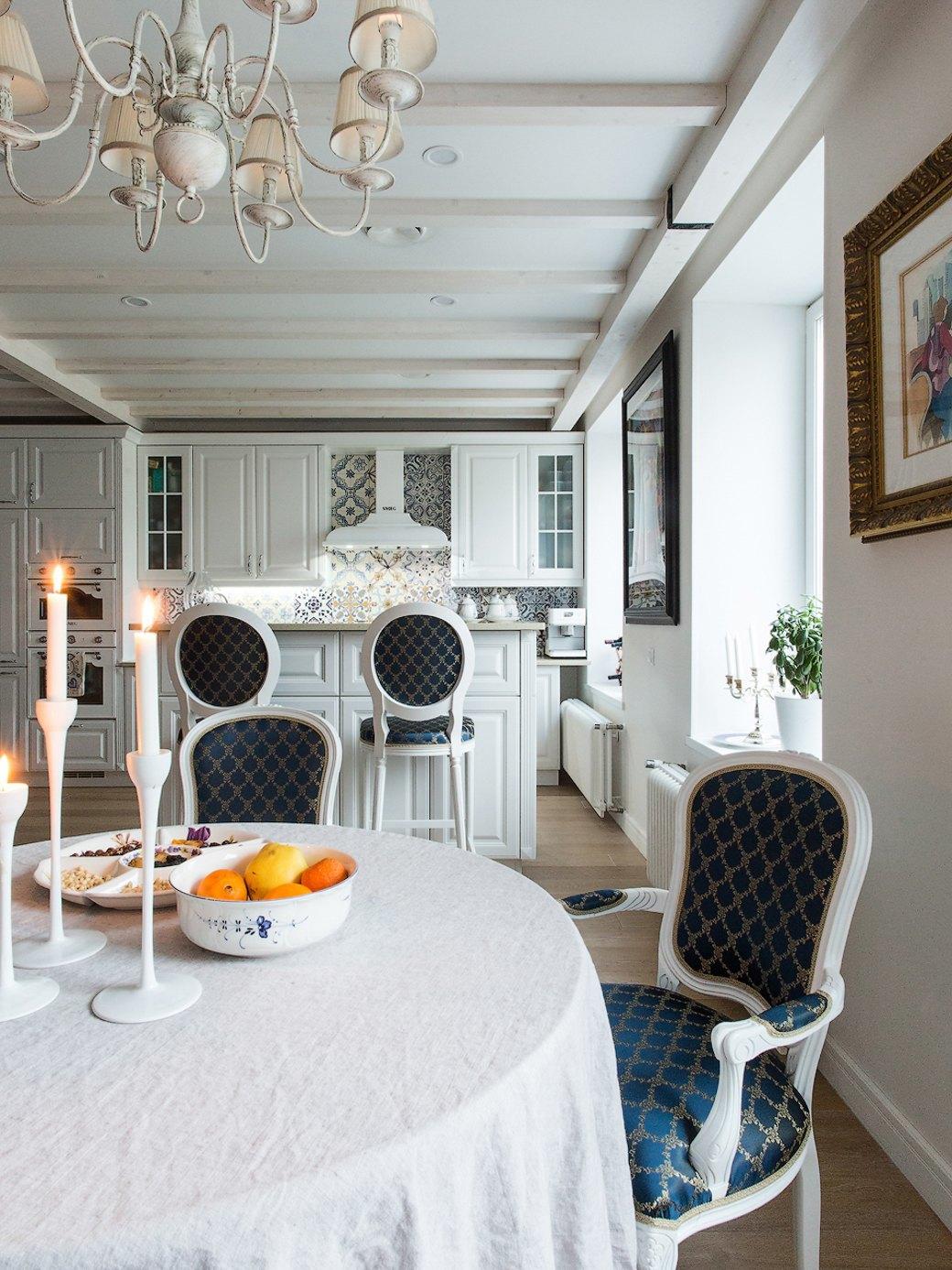 Квартира встаром доме склассической мебелью иплиткой азулежу (Петербург). Изображение № 7.