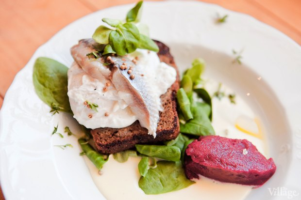 Салат с сельдью, яйцом-пашот и свекольным сорбетом — 190 рублей. Изображение № 21.