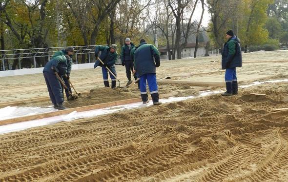 В парке Горького начали строить самый большой каток в Москве. Изображение № 10.