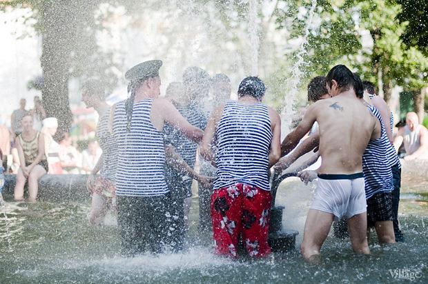 Купание в фонтане в Александровском саду в День ВМФ — 2012. Изображение № 2.