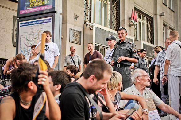 Полицейский проситлюдей разойтись и одновременно улыбается их шуткам.. Изображение № 14.
