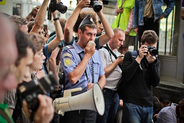 Полицейские кричат в мегафон посменно.. Изображение № 9.
