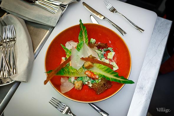 Салат «Цезарь» с камчатским крабом и кольцами из бородинского хлеба. Специальный рецепт, созданный из местных ингредиентов.. Изображение № 4.
