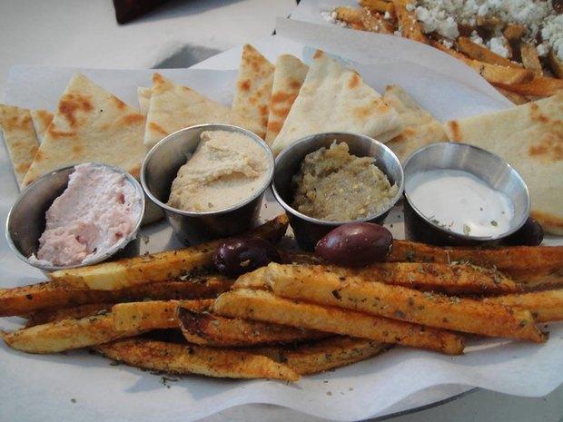 В саду «Эрмитаж» открылось летнее кафе LuckySouvlaki. Изображение № 4.